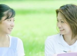 占い、心理カウンセリングを受ける女性