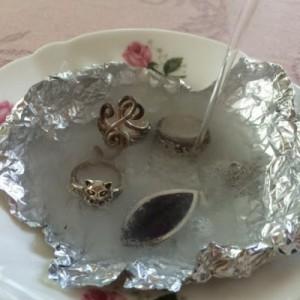 熱湯を注いで、銀細工のアクセサリーの汚れを取る