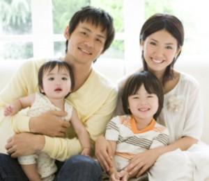 幸せな家族 両親と小さな子供たち