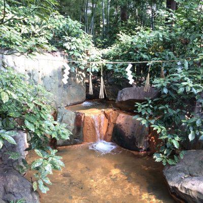 生田神社境内にある小川、水占いができる池
