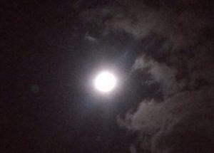 空に浮かぶ満月