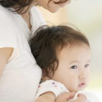 お母さんに抱かれる赤ちゃん