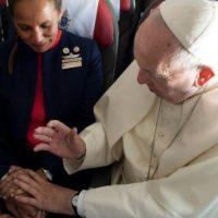 法王が結婚する二人を祝福する