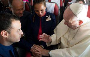 チリ訪問中、ローマ法王が機内で結婚式を執行