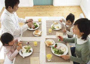 食事をとる家族