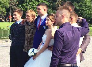 大勢の仲間に祝福されて結婚する
