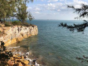 大きな岩場の海岸