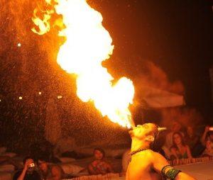炎を吹くアボリジニ