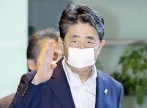 アベノマスクを付けた安倍総理大臣